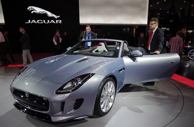 Aszimmetrikus kialakítású lett a Jaguar F-Type belseje, ezért a britek nem is kétszemélyes, hanem 1+1 személyes autóként emlegetik.
