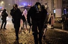 Láncokkal és füstbombákkal mentek a rendőröknek Nápolyban a kijárási korlátozások ellen tiltakozók