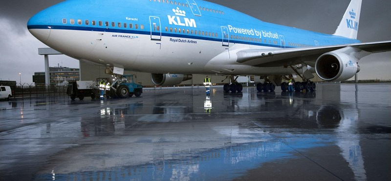 Füstölni kezdett az egyik utas telefonja, ekkor kezdődött a 18 órát késő repülőgép kálváriája