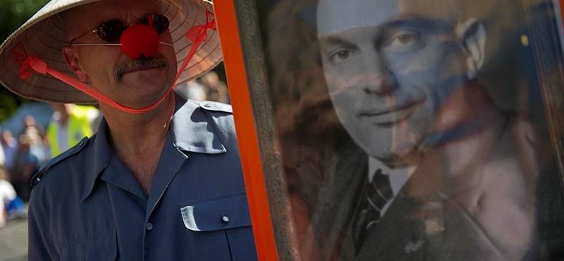 """""""Viktor diktátor... Lázárral együtt takarodj"""" - fotók a Clark Ádám téri tüntetésről"""