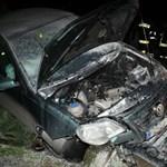 Fotók: a lakók kezdték oltani az ütközéstől kigyulladt VW Polót Demecseren