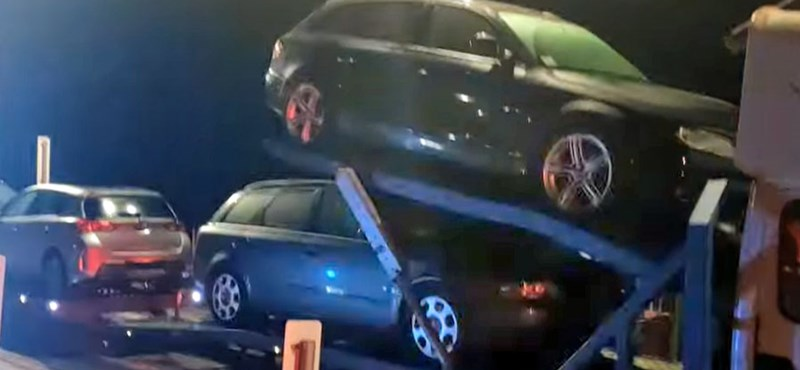 Négy tonnával volt túlpakolva egy használt autós horrorkaraván – videó
