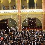 Fotó: incidens a parlamentben: az LMP szerint választási csalásra készül a Fidesz