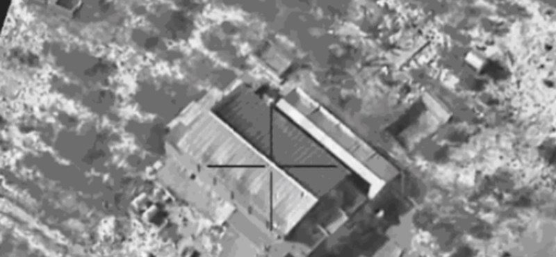 Így bombáznak szét egy ISIS-fegyvergyárat - videó