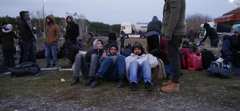 Buszra tették és elvitték a Kelebiánál összegyűlt menekülteket