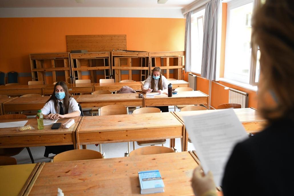 nagyítás rev.20.05.05. covid-19 covid koronavírus vírus járvány világjárvány pandémia maszk középfokú matematika érettségi diák oktatás közoktatás Patrona Hungariae Katolikus Lánygimnázium és Kollégium középiskola