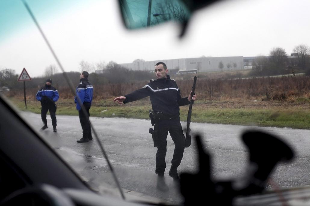 AP!!! január 20-ig!! lövöldözés Párizsban, Párizsi vérengzés, Charlie Hebdo, túszejtés, túszdráma, Dammartin-en-Goele, 2014.01.09.Rendőrök zárják le az egyik utat a Párizstól északkeletre lévő Dammartin-en-Goele településen, ahol a Charlie Hebdo francia s