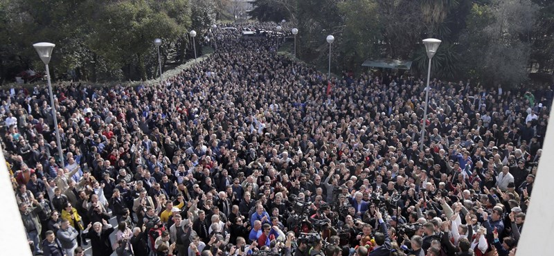 Ellenzéki tüntetők próbáltak meg betörni a parlamentbe Albániában