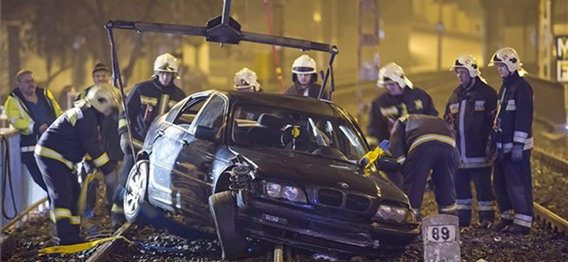 Fekete BMW repült a HÉV-sínekre péntek hajnalban - fotók