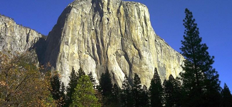 Így zuhant le egy 30 ezer tonnás gyilkos szikla a hegyről - videó