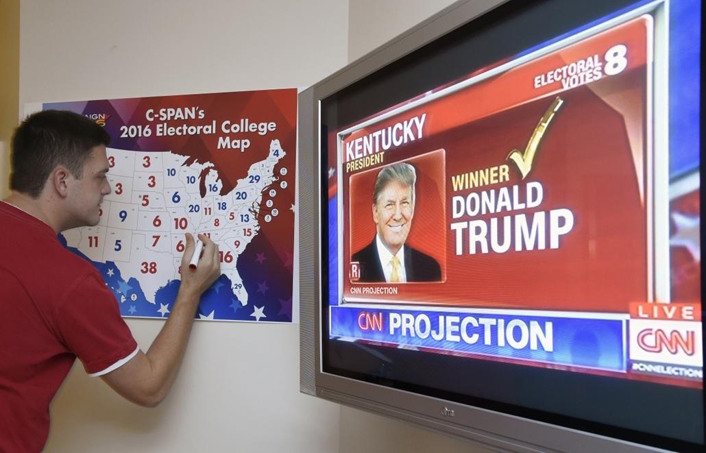 afp.16.11.09. - Coconut Grove negyed, Miami, Florida, USA: amerikai elnökválasztás 2016 - Érkeznek az eredmények - exit poll - Donald Trump vezet