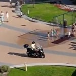 Videó: Így cikáznak a szabálytalan motorosok a gyalogosok között Siófokon