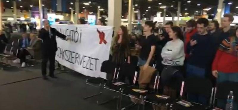 """""""Elegünk van"""" - tüntetők zavarták meg a helyettes államtitkár beszédét az Educatio kiállításon"""