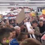 Egymást taposták az emberek az olcsó tévéért a kaposvári Tescóban - videó