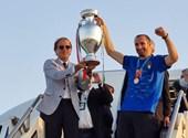 Con lágrimas en los ojos, celebra la victoria de Mancini
