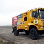 Bevetésre kész a Dakarba tartó magyar versenykamion