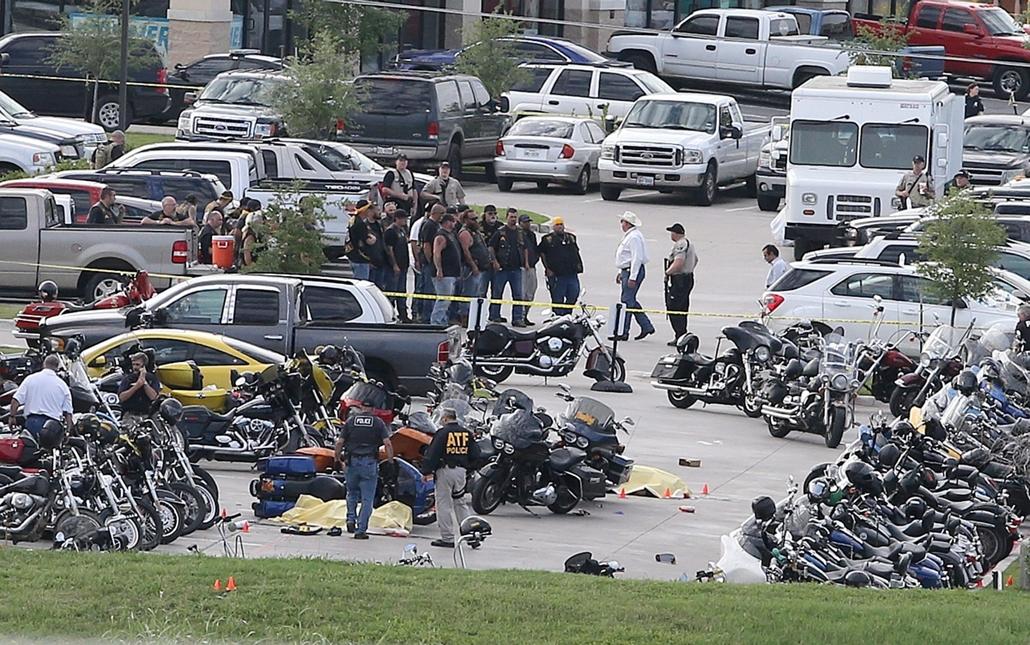 AP_! - júni.1-ig_! - mti.15.05.18. - Waco, USA: Rendőrök a Twin Peaks étterem előtt a Texas állambeli Wacóban, ahol három rivális amerikai motoros banda tagjai estek egymásnak
