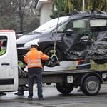 Villamossal ütközött egy autó Újbudán, mentő is a helyszínen