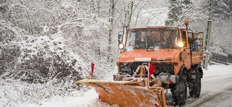 Hetven munkagéppel takarítják a havat Budapesten
