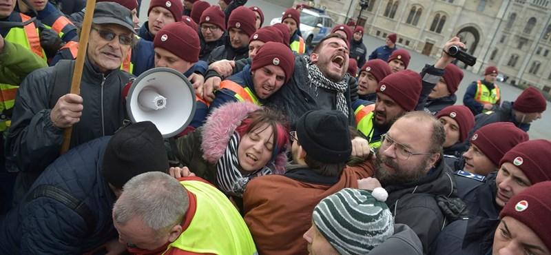 A parlament lépcsőjéig jutottak a tüntetők, ott fulladt ki ellenállásuk