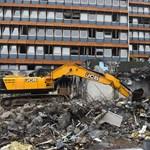 Leállították a volt KISZ-székház bontását, mert azbesztet találtak