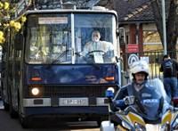 Busszal és mentővel vitték el a koronavírusos betegeket a Pesti úti otthonból