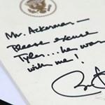 A nap képe: ilyen, amikor Barack Obama írja meg az iskolai igazolást