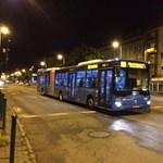 Nézze meg, hogy himbálózik az új magyar csuklós busz az utasokkal – videó
