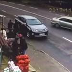 Dupla záróvonalnál akart megfordulni a figyelmetlen sofőr, de a visszapillantóba már nem nézett bele – videó