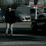 Sokkoló videót adott ki a magyar rendőrség, fókuszban a mobilozó zombik