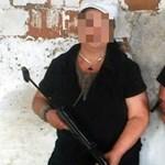 Fotó: Fegyverrel pózoló nő szervezi az Alföldi-ellenes tüntetést
