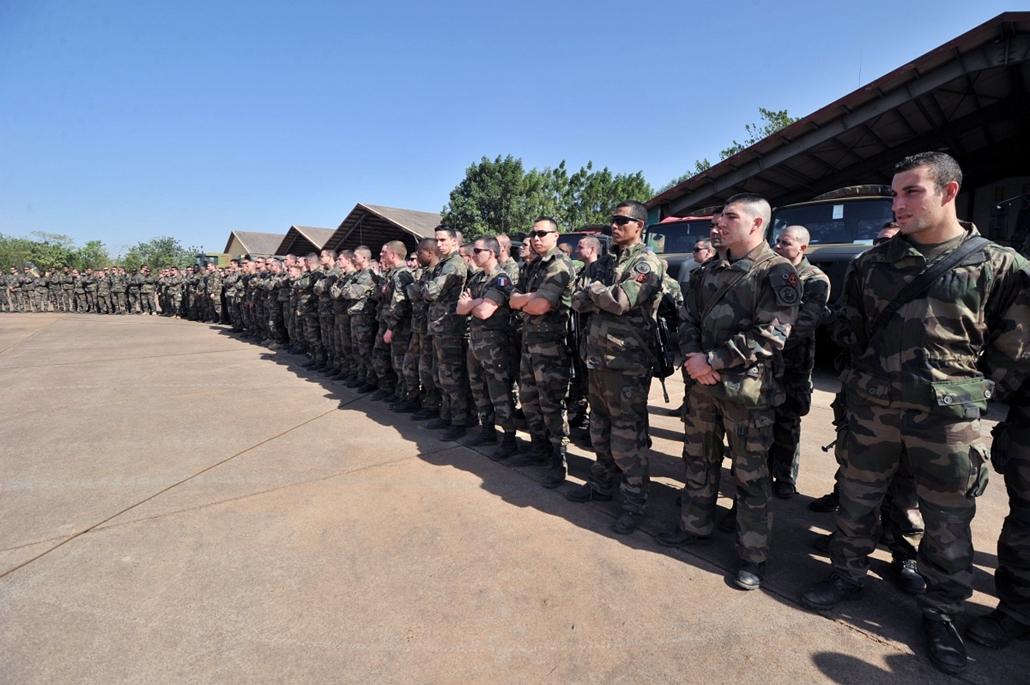 Malinagyítás afp, Mali, algéria, francia beavatkozás - francia katonák várják mali elnökének látogatását