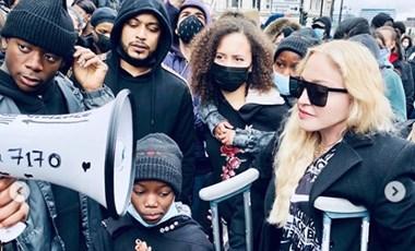 Madonna mankóval jelent meg egy rasszizmus elleni tüntetésen