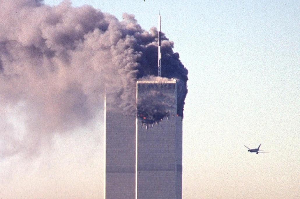 afp.01.09.11. Egy eltérített kereskedelmi repülőgép közelít a World Trade Center tornyai fölé, nemsokkal az első gép becsapódása után.
