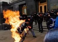 Felgyújtotta magát egy tüntető Kijevben (Videó)