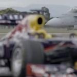 Forma-1-es autó a vadászrepülőgép ellen – videó