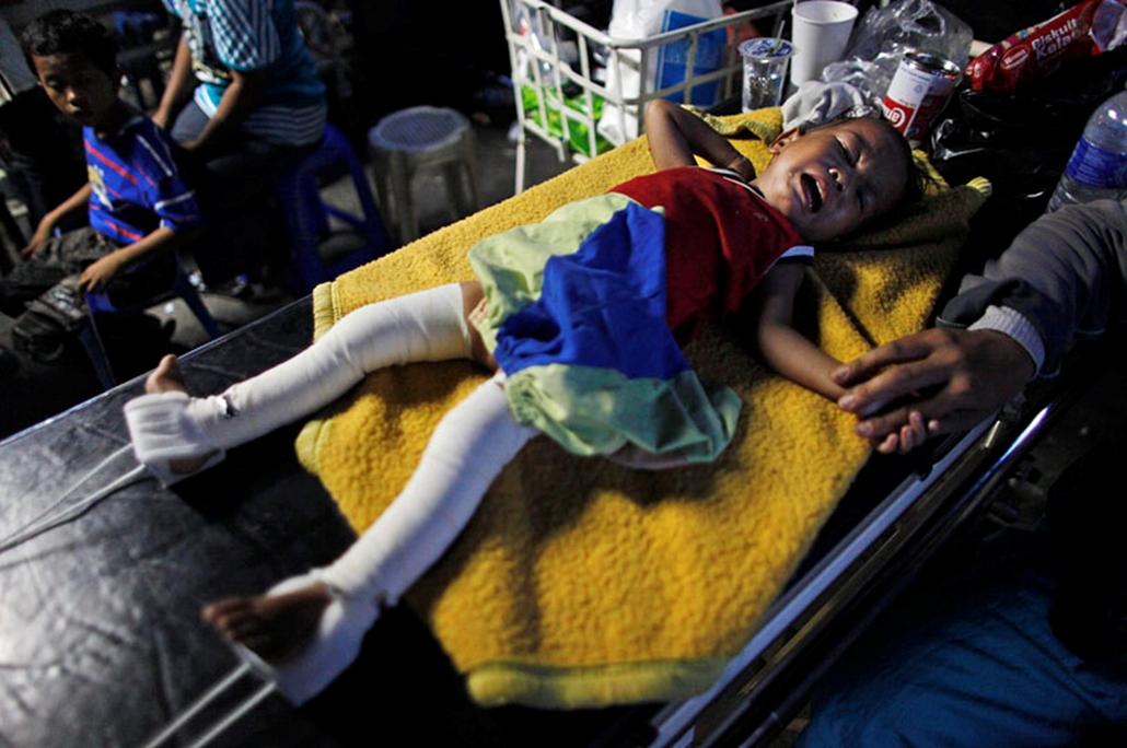 Kétéves kisfiú sír a fájdalomtól egy szökségkórházban, a nyugat-szumátrai Padangban, miután három nappal korábban a Richter-skála szerinti 7,6-es erősségű földrengés rázta meg Indonézia nyugati részét. Az ENSZ adatai szerint legalább 1100 a halottak száma, és további 3-4 ezer ember lehet az összedőlt épületek romjai alatt.