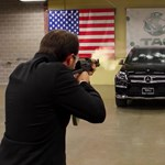 A cégvezér beült a Mercedesébe és hagyta, hogy szétlőjék egy AK-47-tel