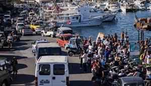 Már csak öt napra való ételük van, mégsem köthet ki a menekülteket szállító hajó