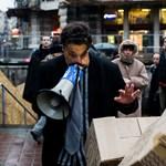 Orbán-maszkos rombolta le a papíregyetemet a Ferenciek terén