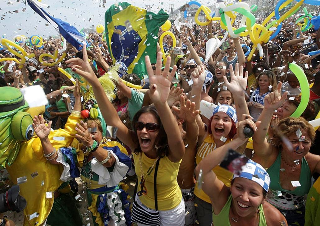 Az emberek ünnepelnek Rio de Janeiróban, miután Rio de Janeiro nyerte el a 2016-os nyári olimpia rendezési jogát a Nemzetközi Olimpiai Bizottság, a NOB koppenhágai ülésén. A NOB Chicago, Madrid, Rio de Janeiro és Tokió közül választotta ki az ötkarikás játékok helyszínét.