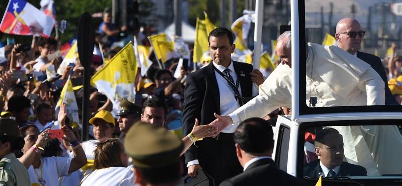 Megdobták a pápát, fel se vette – videó