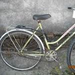 Fotón az autót rongáló biciklis – a rendőrség segítséget kér