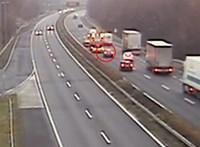 Lefilmezték, ahogyan autó csapódik az M7-esen a közútkezelő nagy sárga dobozába