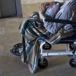 Nem csatolták be a biztonsági övet, a tolószékből a padlóra zuhant egy 87 éves nő