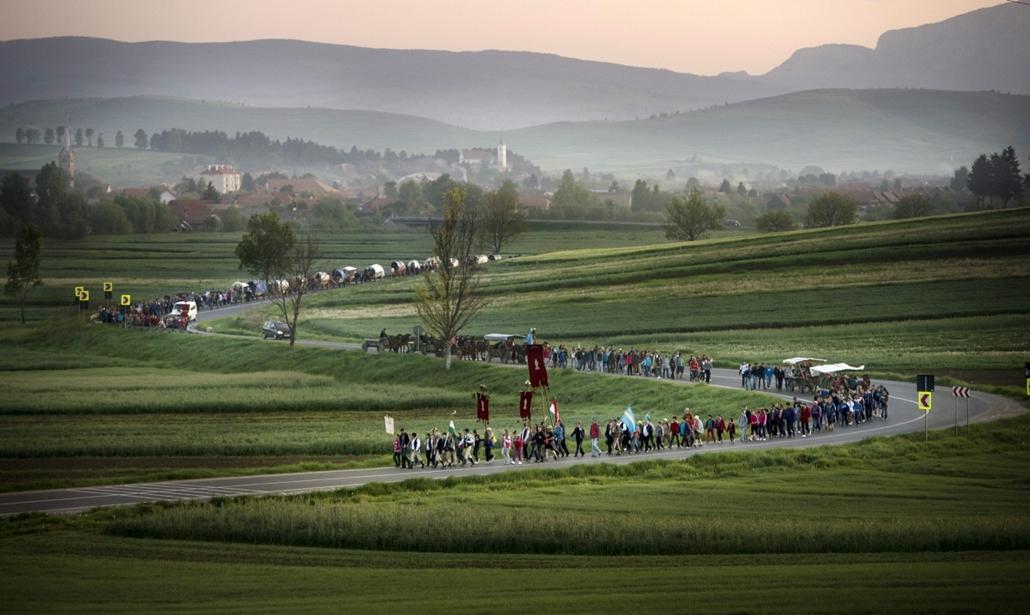 mti.15.05.23. - Csíkmadaras, Románia: A csíksomlyói búcsúra tartó felcsíki zarándokok Csíkmadaras határában 2015. május 23-án - csíksomlyói búcsú