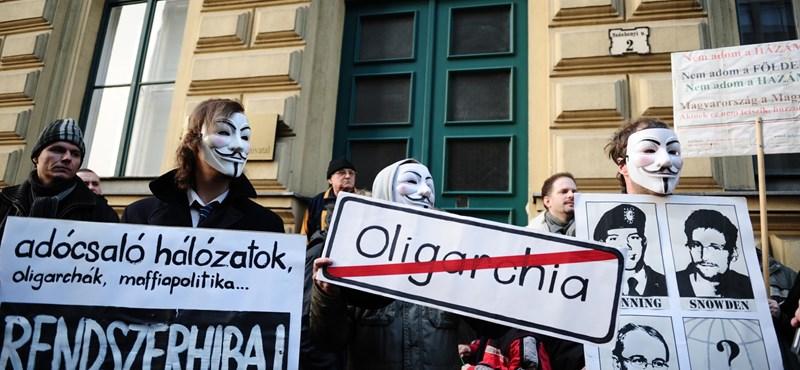 Zöld dossziés civilek tüntettek a NAV-botrány kivizsgálásáért