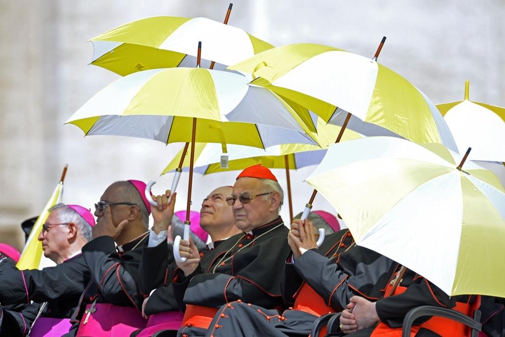 afp. nagyításhoz - esernyő - eső, időjárás, zivatar, vihar, Vatikán, 2014.05.21.