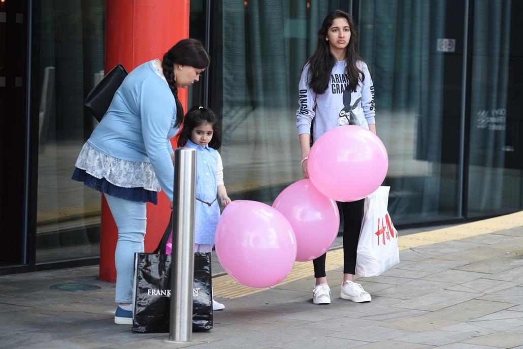 afp.17.05.23. - Manchesteri terrotámadás - Ariana Grande polóban várakoznak az előző napi robbantás helyszinén manchesterben