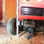 Fűnyíró traktor alá esett egy kétéves kisgyerek